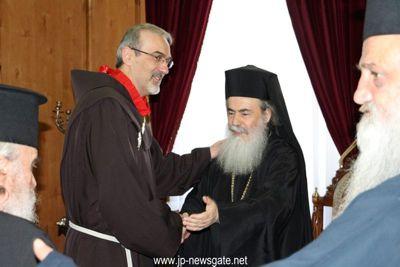 Patriarch Theophilos beglückwünscht Bruder Pierbattista Pizzaballa. Bild von der Kustodie des Heiligen Landes.