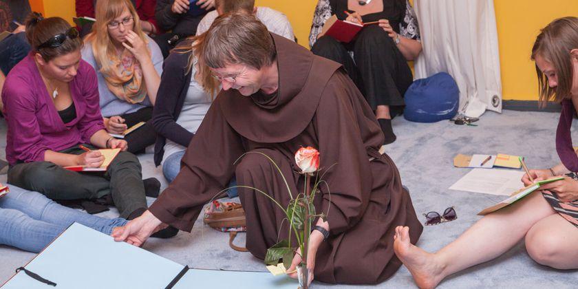 Hochschulpfarrer Bruder Thomas Ferencik gestaltet mit den Studierenden einen ökumenischen Gottesdienst.