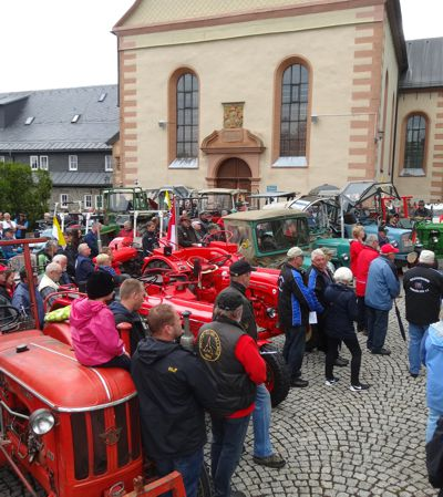 Der Platz vor der Wallfahrtskirche auf dem Kreuzberg war voll mit Traktoren und Besuchern.