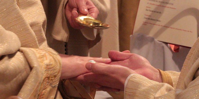 Die Salbung der Hände mit Chrisamöl während der Weihe bringt die enge Verbundenheit des Priesters mit Christus zum Ausdruck.