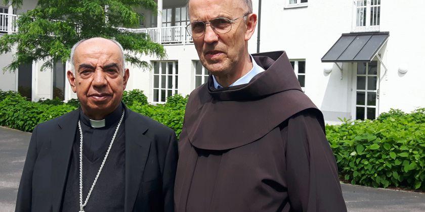 Bruder Werner Mertens (rechts) hat den Bischof von Aleppo, Bruder George Abou Khazen mehrere Tage bei Presseterminen in Deutschland begleitet. Hier vor dem St. Anna Kloster in München.