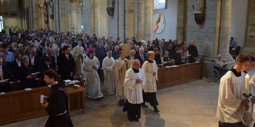 Die Prozession mit dem Evangelienbuch, in der Christus in seinem Wort unter der versammelten Gemeinde gegenwärtig ist, bildet einen Höhepunkt in der Liturgie.