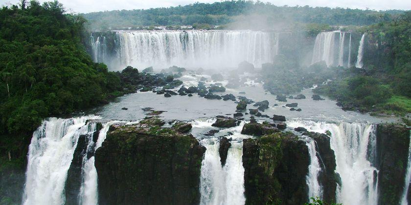 Ein anschauliches Bild für die Dreifaltigkeit ist der Wasserfall, aus dem drei eigenständige Ströme hervorgehen. Bild von Carlosh / pixelio.de
