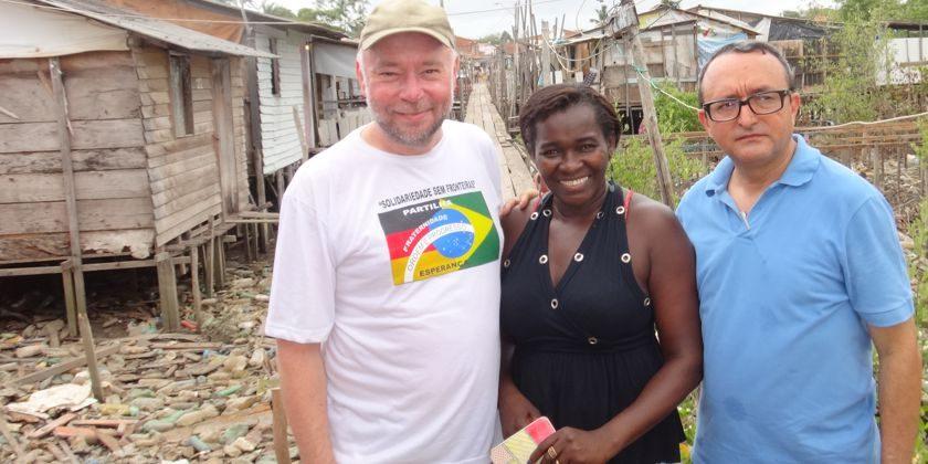 Bild: Bruder Augustinus Diekmann (links) besucht 2015 Favela in Sao Luis-Maranhao; hier mit Pfarrer und Gemeindeleiterin. Bild von der Franziskanermission (Dortmund)