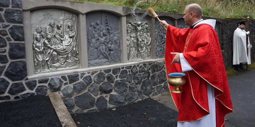 Bruder Stanislaus segnet die fertiggestellten Kreuzwegreliefs. Bild von Marion Eckert