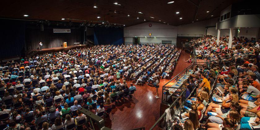 Franziskaner, Schüler, Eltern, Lehrer und Angestellte des Franziskanergymnasiums, insgesamt 2000 interessierte Zuhörer nahmen an der Informationsveranstaltung zur Romreise 2017 teil.