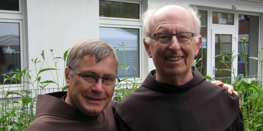 Der neue Präsident Bruder Matthias Maier, links und der scheidende Präsident Bruder Claudius Groß, rechts im Bild.