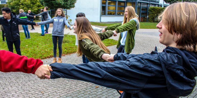 Vertrauensspiele, jeder konnte erleben und sich darüber austauschen, wie es sich anfühlt, miteinander achtsam umzugehen und wie gewinnbringend dies ist. Bild von Birgit Floeth.