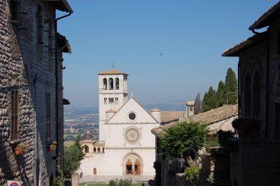 Die Basilika San Francesco in Assisi, In der Krypta der Unterkirche befindet sich das Grab des heiligen Franziskus.