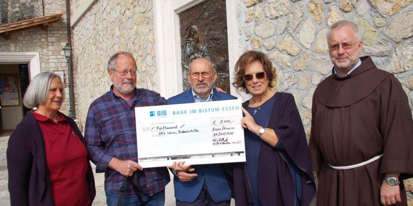 Spendenübergabe in Greccio. Von links nach rechts: Mechthild Händler, Werner van Eyll, Luigi Mirisola, Isabella di Paola, und Bruder. Georg Scholles.