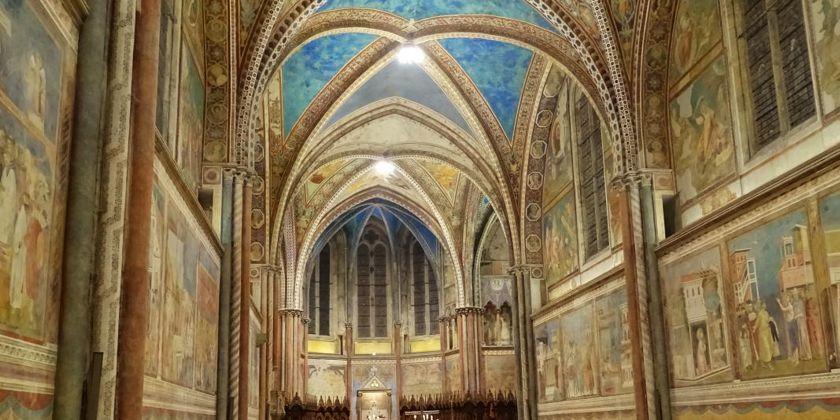 Oberkirche der Basilika San Francesco in Assisi. In der unteren Galerie die Wandmalereien von Giotto zum Leben des heiligen Franziskus.