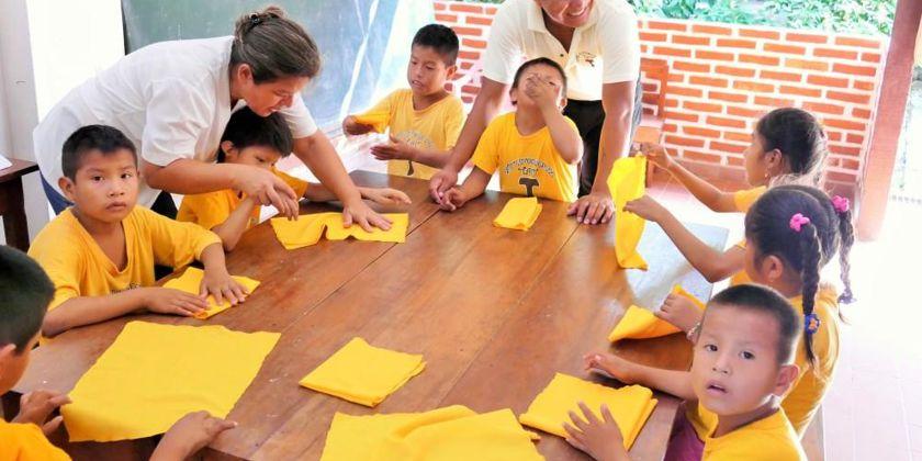 Behinderte Schüler beim Bastelunterricht unter Anleitung geschulter Fachkräfte.. Bild von Christiane Braunwarth.