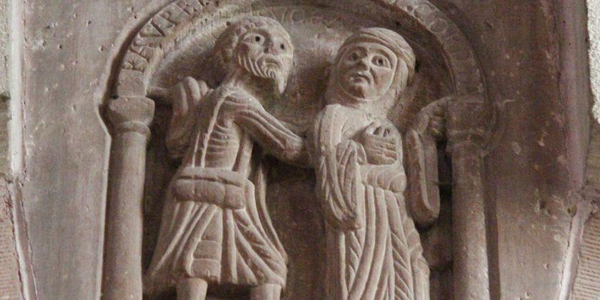 """Zu Lebzeiten Elisabeths (1207-1231) entstand im Basler Münster dieses Relief: """"Der Arme trifft auf die Barmherzigkeit"""" ist es überschrieben. Barfuss, abgemagert und mit wenigen Habseligkeiten unterwegs, findet er eine Frau, die seiner Not mit offenen Augen und zielsicher einen Weg weist – und die ihn spüren lässt, dass sie ein Herz für ihn hat. Bild von Nikolaus Kuster OFMCap."""