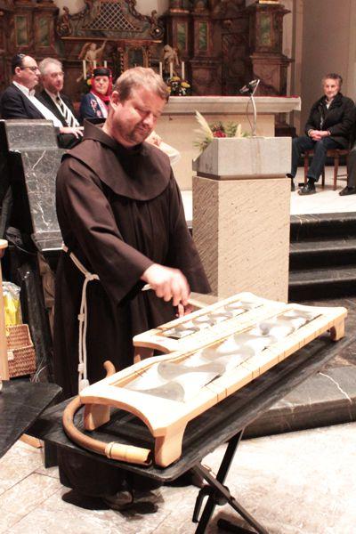 Bruder Jürgen entlockte während des interreligiösen Gebets den von Klangkünstler Jochen Fassbender gebauten Instrumenten sphärische Klänge. Bild von Bruder Jürgen Neitzert.