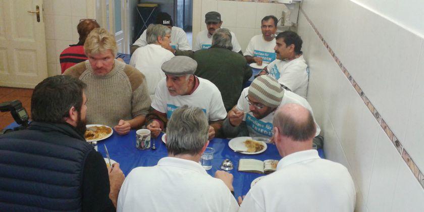 Gemeinsame Mahlzeit: Die Helfer der Suppenküche und die Mitglieder der muslimischen Ahmadiyya-Gemeinde. Bild von Suppenküche Berlin-Pankow.