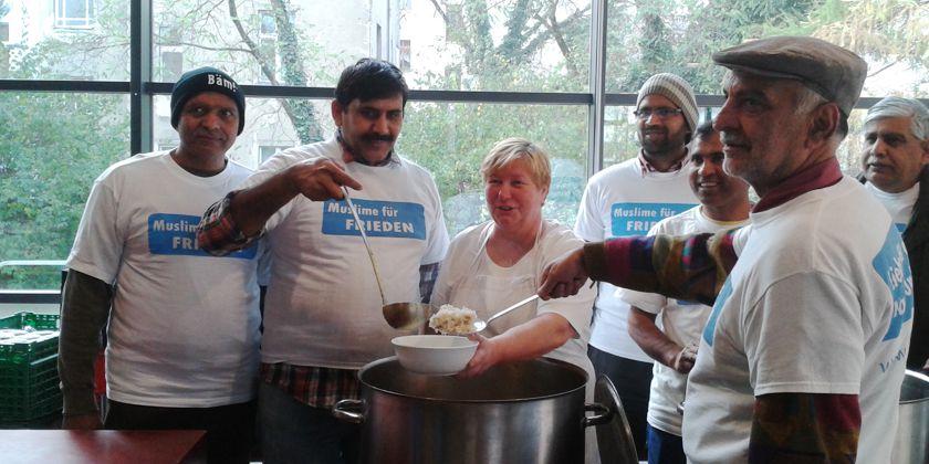 Mitglieder der muslimischen Ahmadiyya-Gemeinde. Sie haben das Essen für die rund 200 Gäste in ihrem Gemeindezentrum vorbereitet. Jetz stehen sie bereit, es in der Suppenküche zu Servieren. Bild von Suppenküche Berlin-Pankow