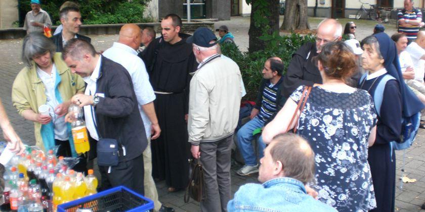 Bruder Markus im Gespräch mit Menschen am Rande der Gesellschaft. Bild von Pressedienst des Erzbistums Köln.