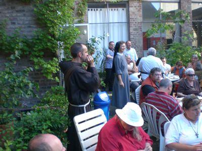 Bruder Markus und Schwester Franziska bei einer nachmittaglichen Veranstaltung im Innenhof des ehemaligen Franziskanerklosters in der Ulrichgasse in Köln.