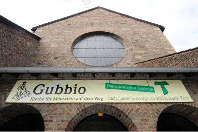 """""""Gubbio – Kirche für Menschen auf dem Weg"""". Hier finden Obdachlose und sozial benachteiligte Menschen Hilfe und Begleitung."""