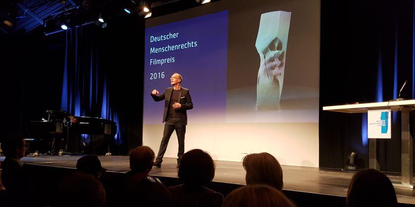 Christoph Süß, der Moderator des diesjährigen Menschenrechtsfilmpreises stellt die Preisträger vor.