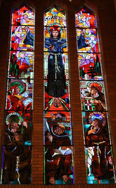 Glasfenster im Franziskanerkloster in Paris. In der Mitte, unten, Darstellung des Seligen Johannes-Duns-Scotus mit Schreibfeder und Buch. Bild von commons.wikimedia.org
