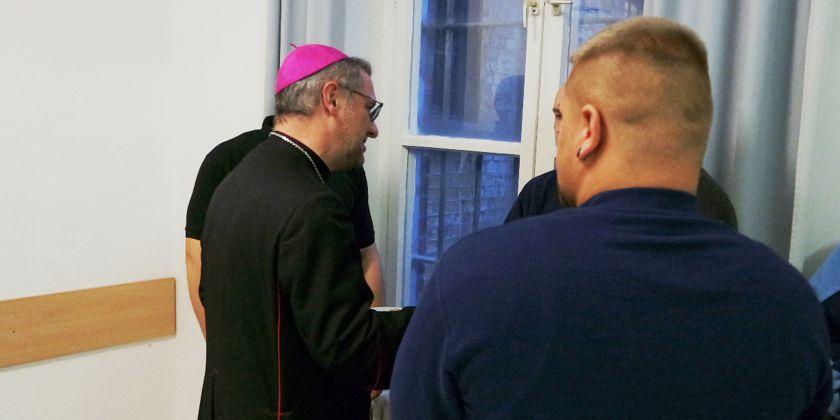 """""""Ich war im Gefängnis, und ihr habt mich besucht. """"Erzbischof Stefan verbrachte eine Tag in der JVA Bützow. Er sprach mit Gefangenen, Untergebrachten und Bediensteten. Bild von Martin Innemann / Neue Kirchenzeitung."""