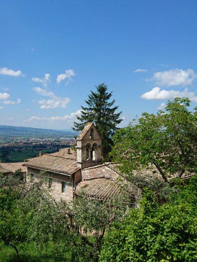Kirche Santo Stephano und der kleine Garten liegen im Herzen von Assisi. Bild von Bernadette Kindl