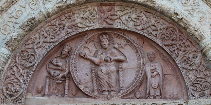 """Darstellung des """"Jüngsten Gerichtes"""" über dem Portal des Domes San Rufino in Assisi."""