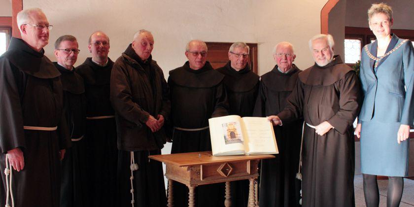 Christine Konrad, die Bürgermeisterin von Dettelbach bat die Brüder sich in das Goldene Buch der Stadt einzutragen