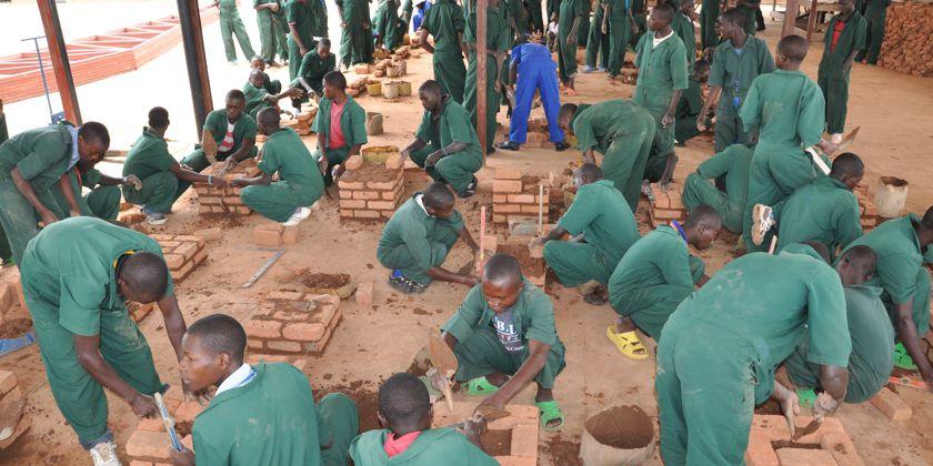Schüler der Pater-Vjeko-Berufsschule in Kivumu – Ruanda beim praktischen Unterricht. Bild von Maja Garmaz.