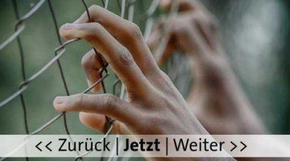 Hände, Zaun. Bild von Fifaliana Joy auf Pixabay